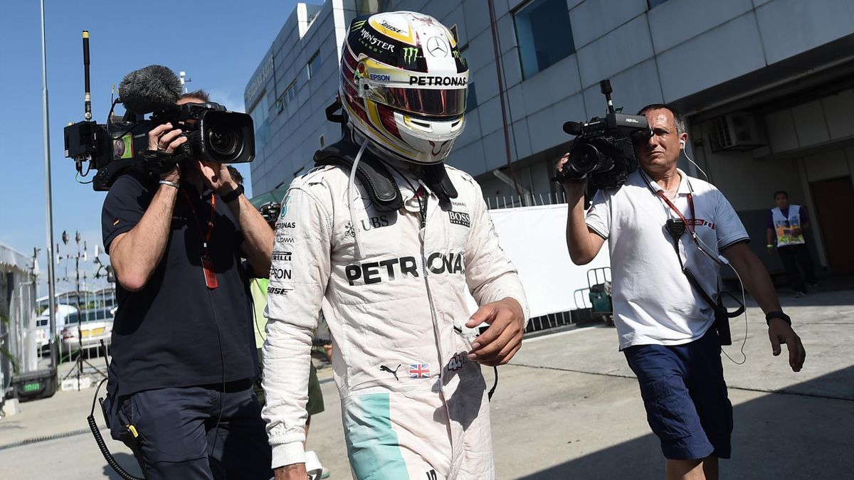 Lewis Hamilton (Mercedes) de retour aux stands après son abandon lors du Grand Prix de Malaisie