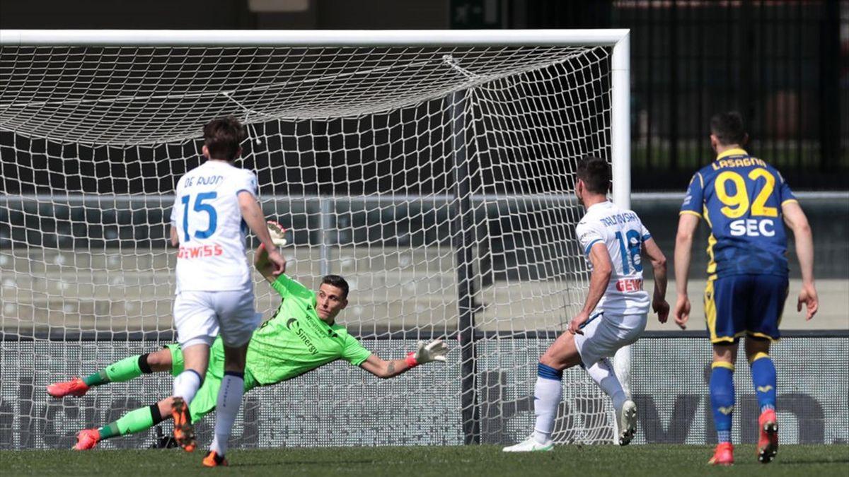 Ruslan Malinovskyi spiazza Silvestri dal dischetto - Verona-Atalanta Serie A 2020-21