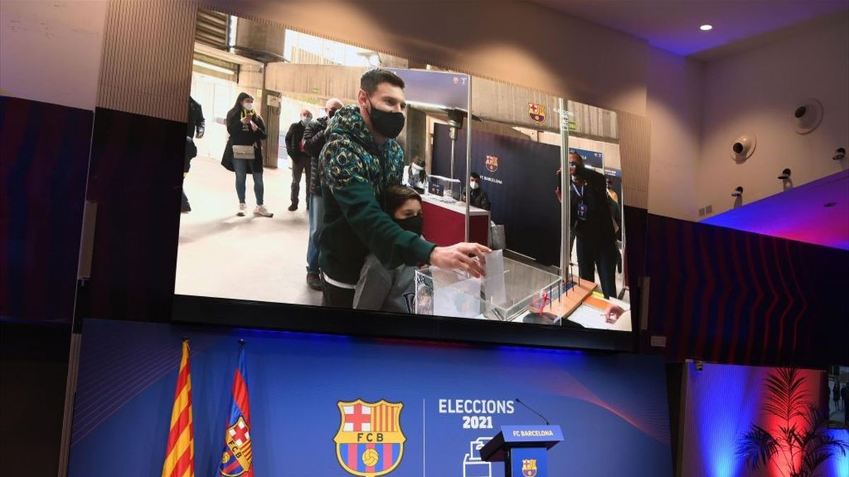 Lionel Messi gibt bei der Präsidentschaftswahl des FC Barcelona seinen Stimmzettel ab