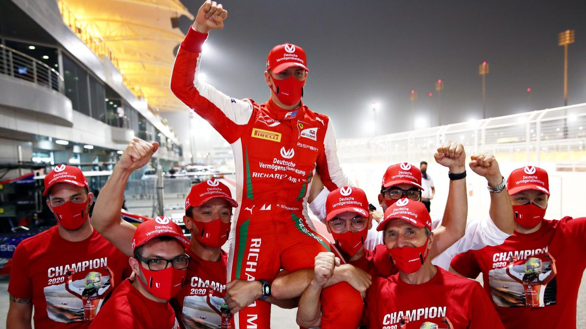 Mick Schumacher wird nach dem Gewinn der Formel-2-Meisterschaft auf Schultern getragen
