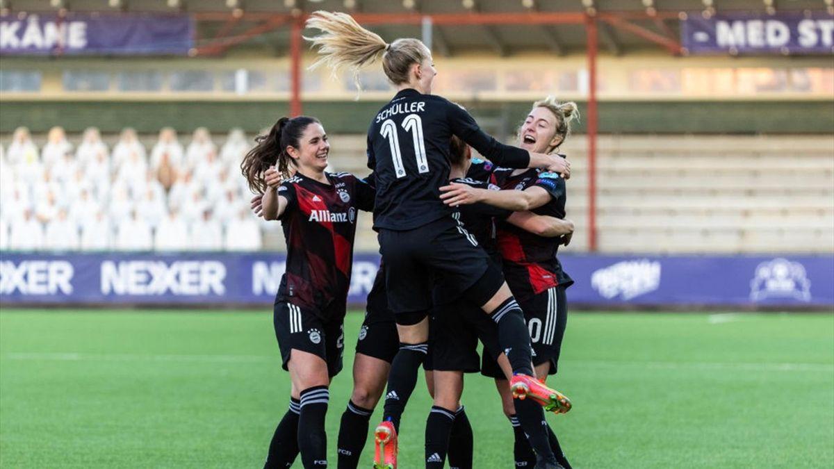Lea Schüller (Nr. 11) und Carolin Simon (r.) bejubeln das 1:0 beim FC Rosengard