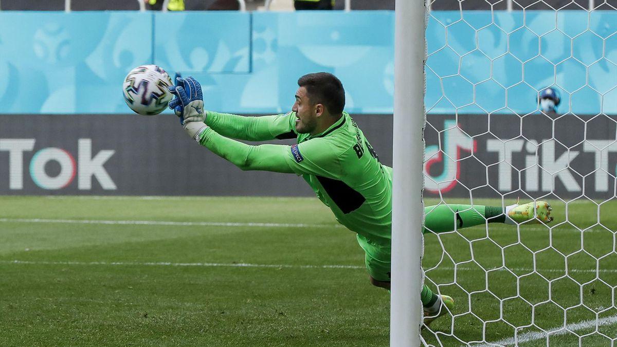 Георгий Бущан отражает пенальти в матче Евро-2020 Украина – Северная Македония