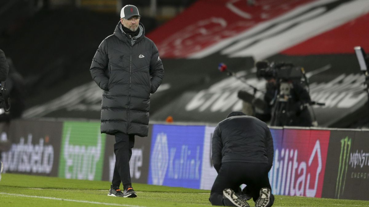 Jürgen Klopp (links, FC Liverpool) und Ralph Hasenhüttl (kniend, FC Southampton)
