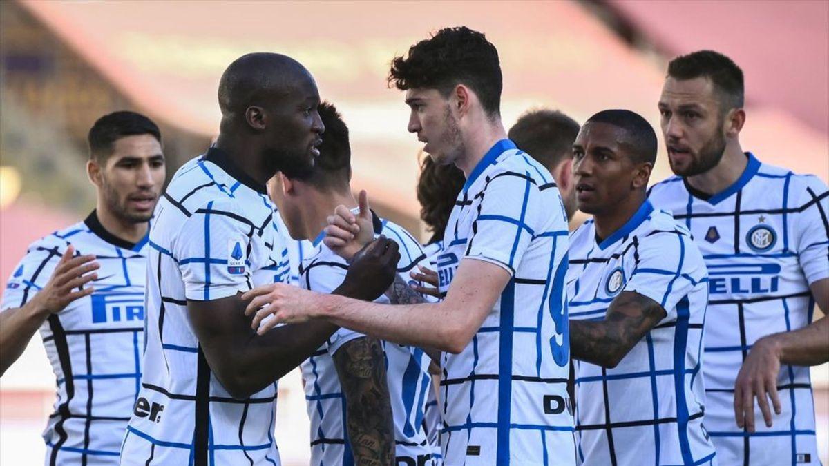 Romelu Lukaku (l.) und Alessandro Bastoni laufen ab der kommenden Saison mit einem neuen Inter-Logo auf