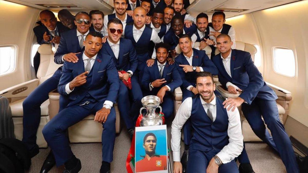 Португальцы почтили память Эйсебио после финала