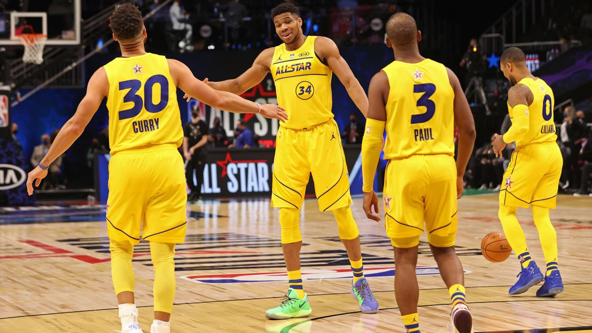 Giannis Antetokounmpo avec Steph Curry lors du All Star Game