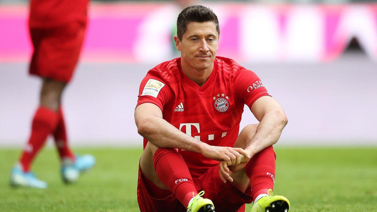 Robert Lewandowski à terre lors du match entre le Bayern et Hoffenheim