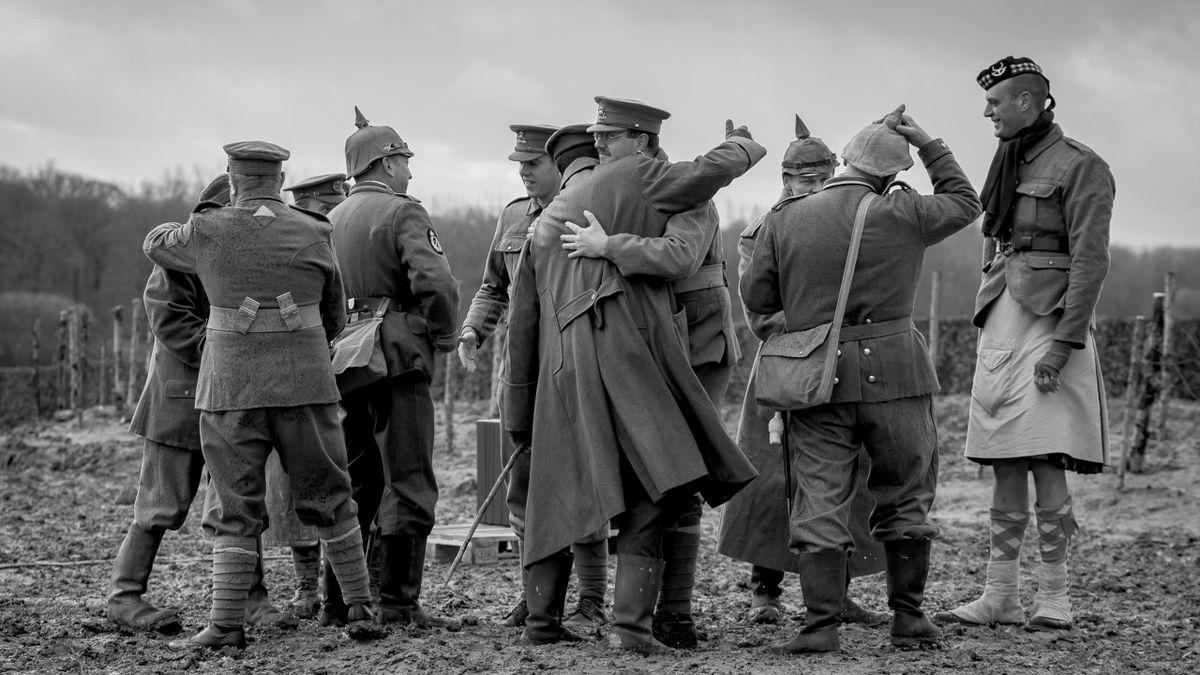 """Nachgestellte Szene des """"Weihnachtsfriedens"""" von 1914"""