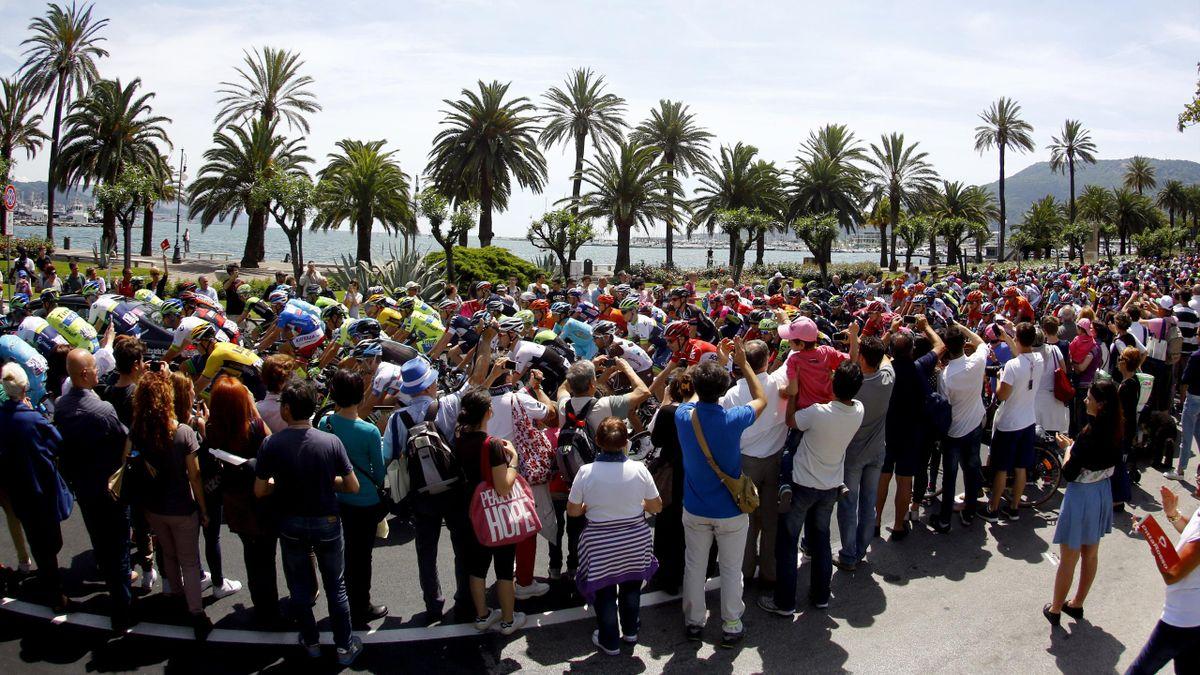 Das Feld des Giro d'Italia in voller Fahrt
