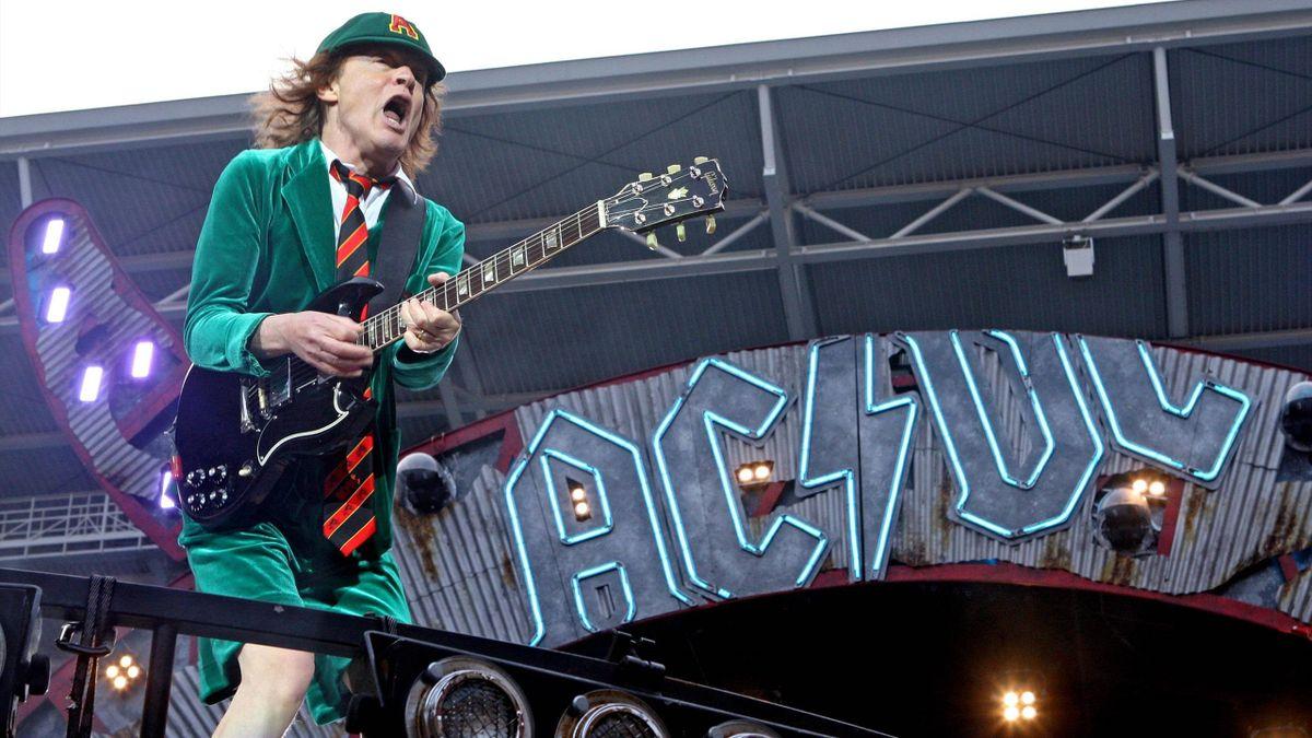 Гитарист Ангус Маккиннон Янг (AC / DC)