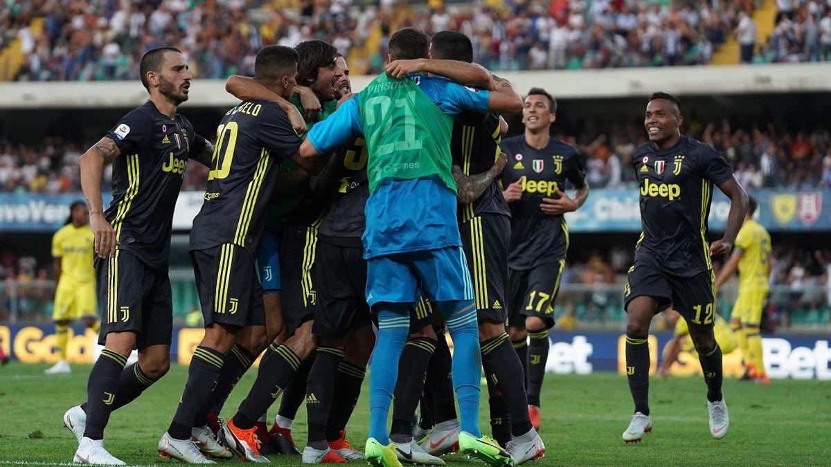 L'abbraccio dei giocatori della Juventus a Federico Bernardeschi, autore del gol vittoria nel match Chievo-Juventus, Serie A 2018-2019, LaPresse