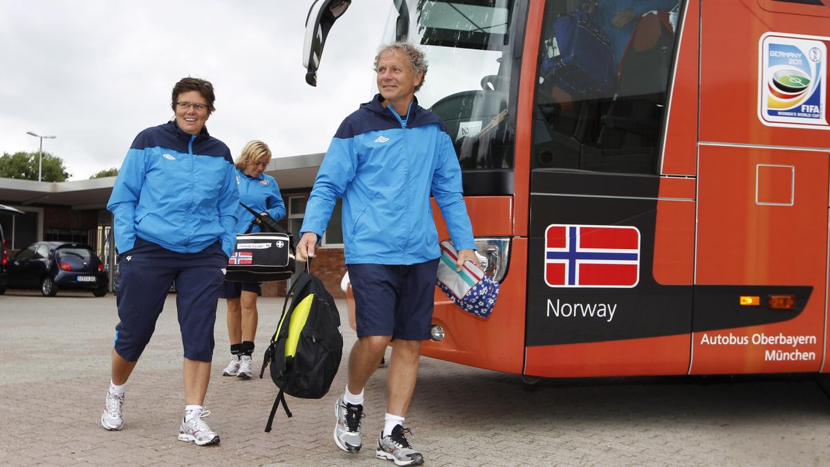 Mjøndalens nye sportssjef Hans Knutsen. Her som assistenttrener for kvinnelandslaget i 2011.