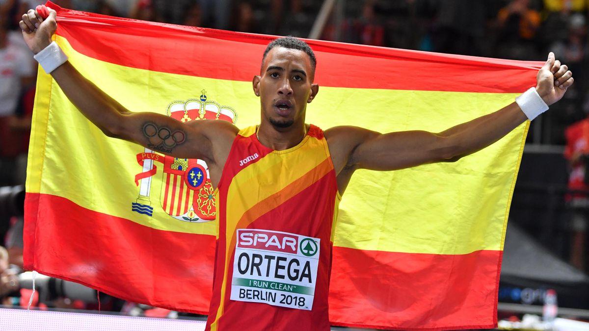 Orlando Ortega posa con la bandera española tras la final de los 110 vallas en los Europeos de Berlín 2018