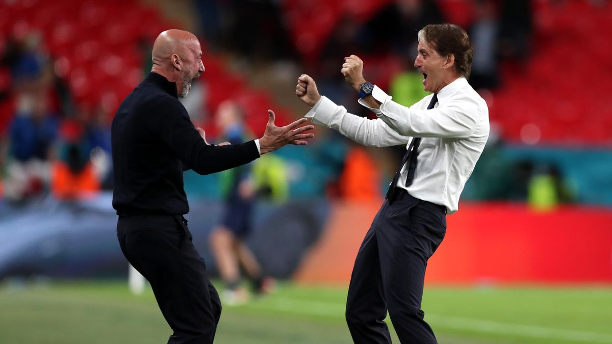 LONDON, ENGLAND - JUNE 26: Roberto Mancini (R), Head Coach of Italy celebrates with Gianluca Vialli, Team coordinator of Italy after their side's second goal during the UEFA Euro 2020 Championship Round of 16 match between Italy and Austria at Wembley Sta