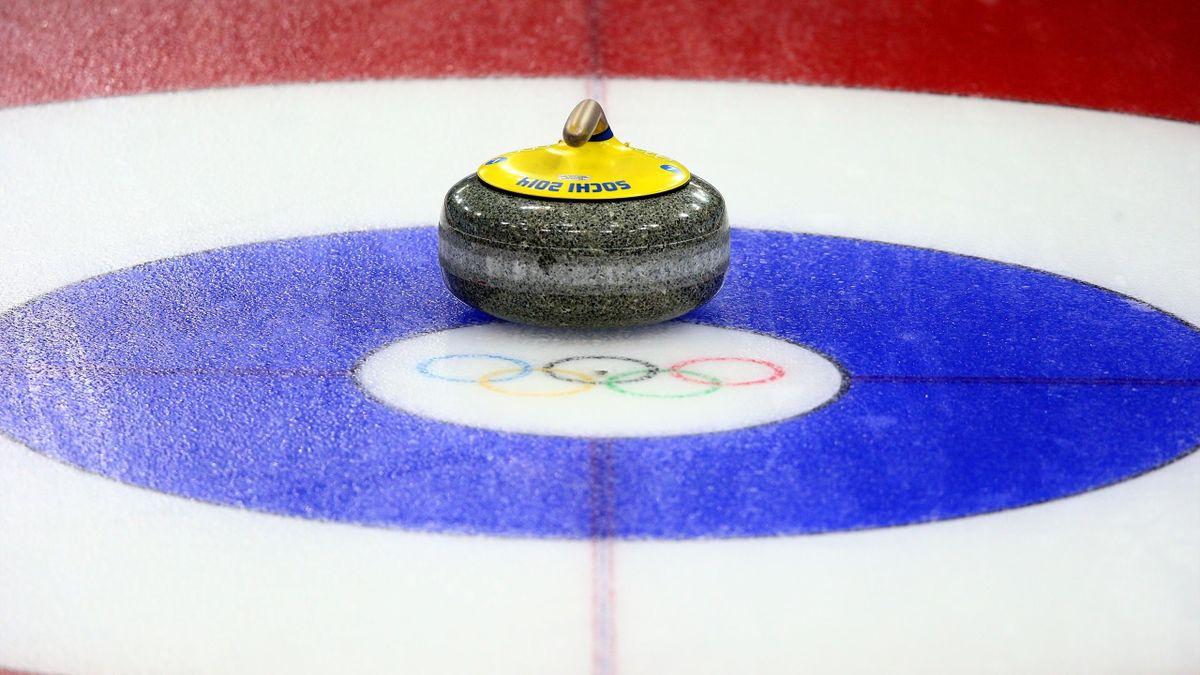 Curlingsteen op het olympische logo in Sochi, Rusland (15 februari 2014).