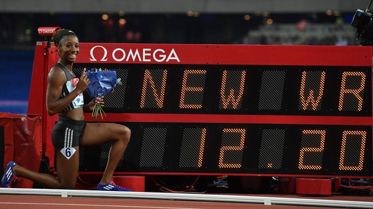 Kendra Harrison pose devant sa nouvelle marque historique sur 100m haies : 12''20, lors du meeting de Londres, vendredi 22 juillet 2016