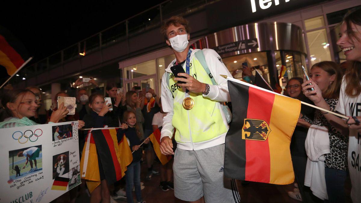 Alexander Zverev wird von Fans am Flugahfen empfangen