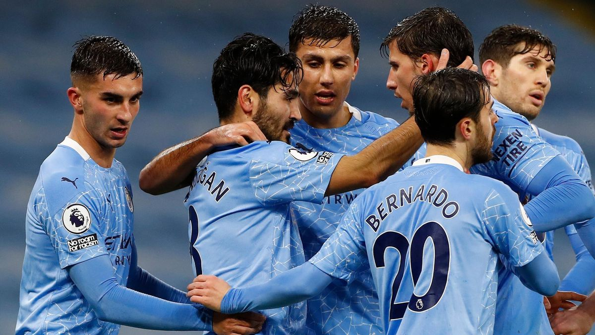 Manchester City's German midfielder Ilkay Gundogan (2L) celebrates scoring his team's first goal during the English Premier League football match between Manchester City and Newcastle United