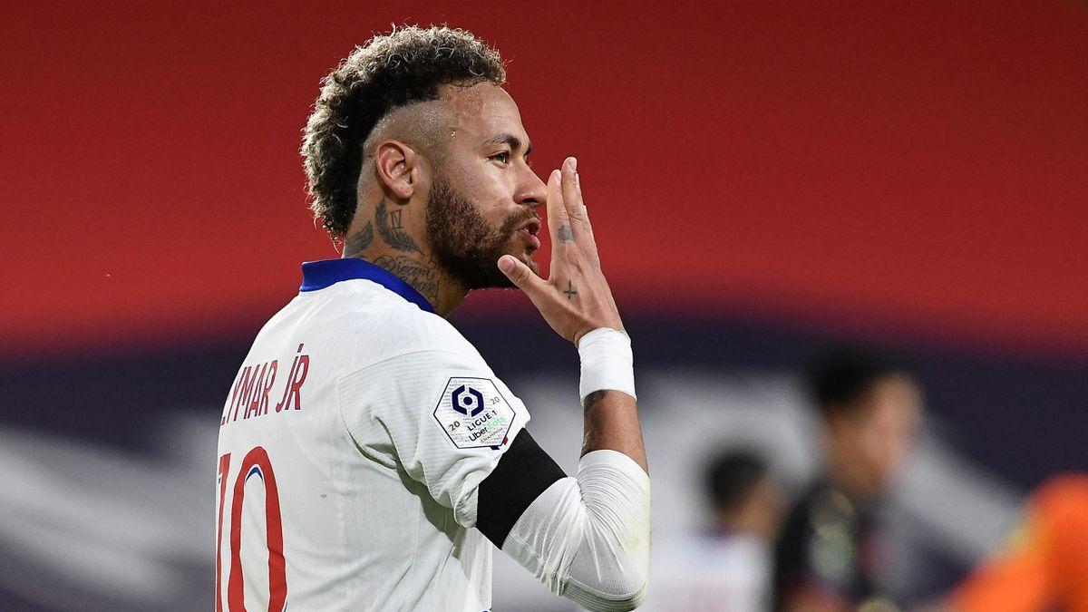 Paris Saint-Germain's Brazilian forward Neymar celebrates after scoring on a penalty kick during the French L1 football match between Stade Rennais Football Club and Paris Saint-Germain at the Roazhon Park stadium in Rennes