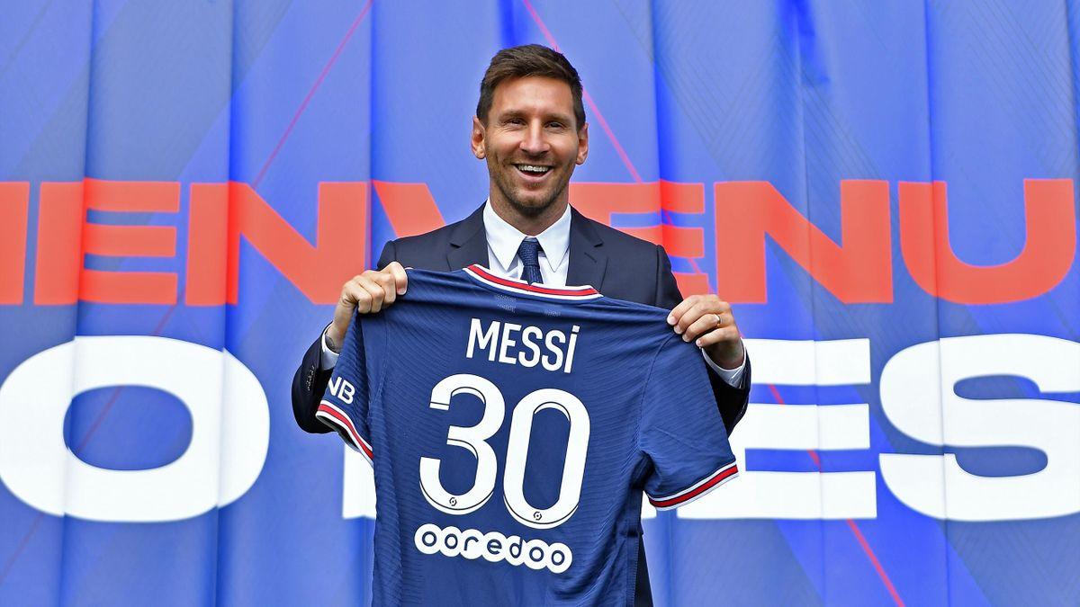 Leo Messi posa en su presentación con el PSG.