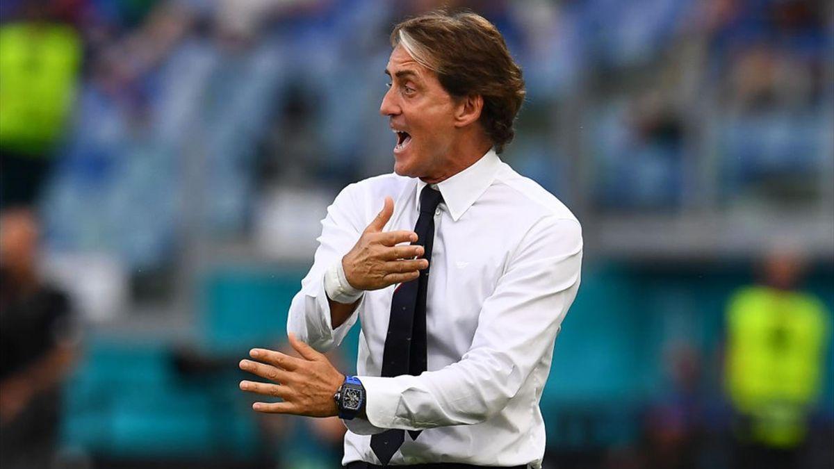 Roberto Mancini dà indicazioni in panchina durante Italia-Galles - Europei 2021