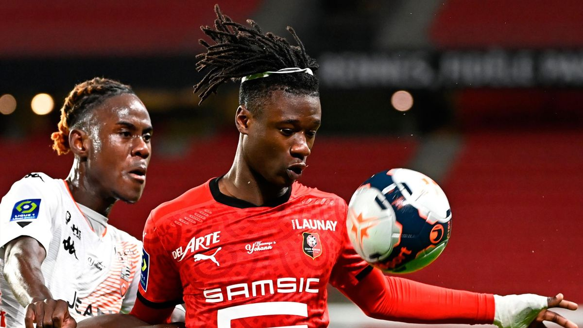 Lorient's British defender Trevoh Chalobah (L) challenges Rennes' French midfielder Eduardo Camavinga during the French L1 football match between Stade Rennais Football Club and FC Lorien