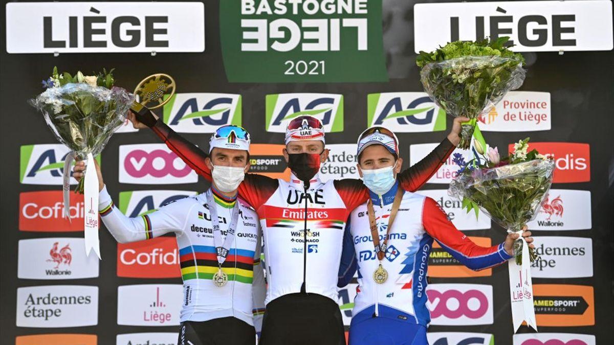 Pogacar sul podio della Liegi-Bastogne-Liegi 2021 dopo la vittoria su Alaphilippe e Gaudu - Getty Images