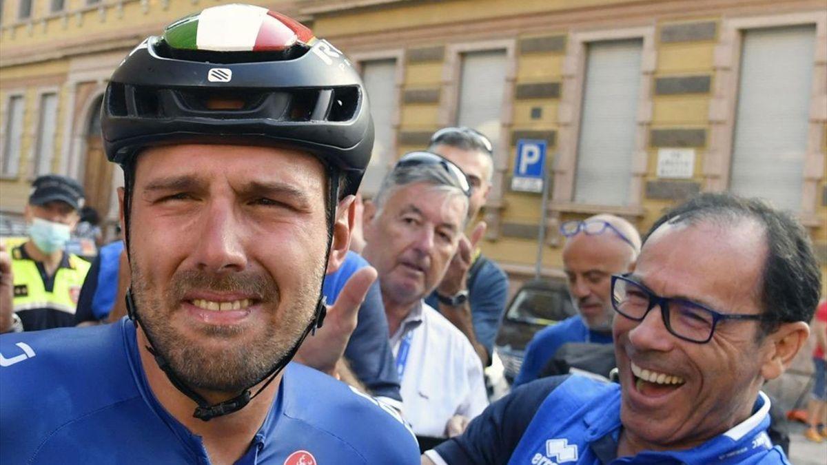 Colbrelli festeggiato dal ct Davide Cassani dopo la vittoria a Trento del titolo europeo 2021