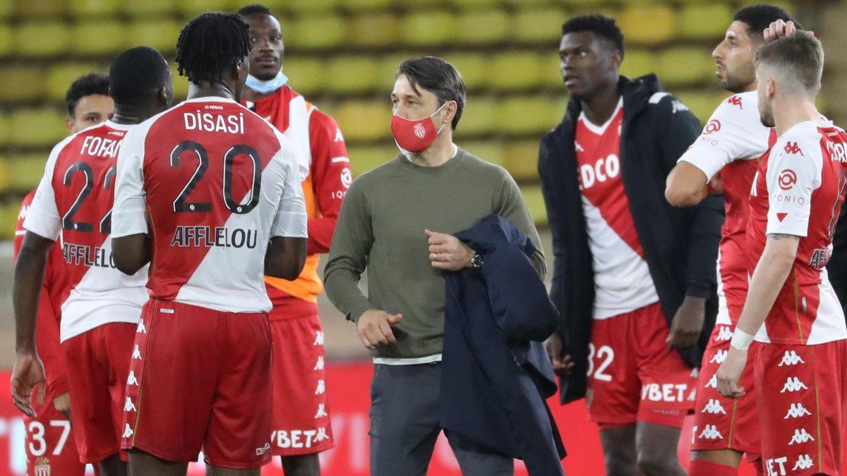 Niko Kovac en discussion avec son vice-capitaine et défenseur Axel Disasi, ainsi qu'avec ses joueurs de l'AS Monaco