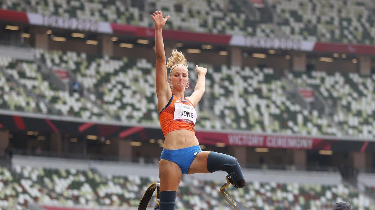 Fleur Jong durante la finale del salto in lungo T-64 ai Giochi Paralimpici di Tokyo 2020