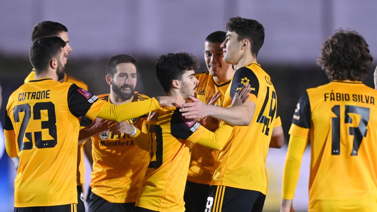 Vitinha of Wolverhampton Wanderers (C) celebrates