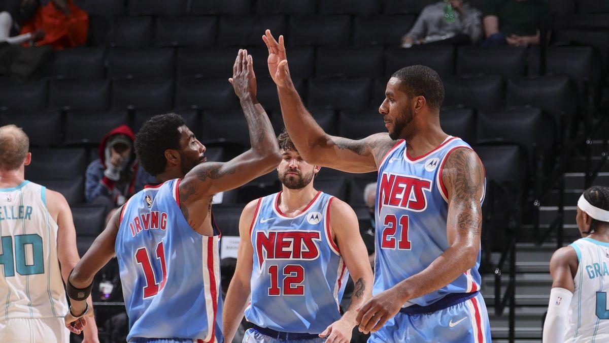 Kyrie Irving et LaMarcus Aldridge lors de Brooklyn Nets - Charlotte Hornets en NBA le 1er avril 2021