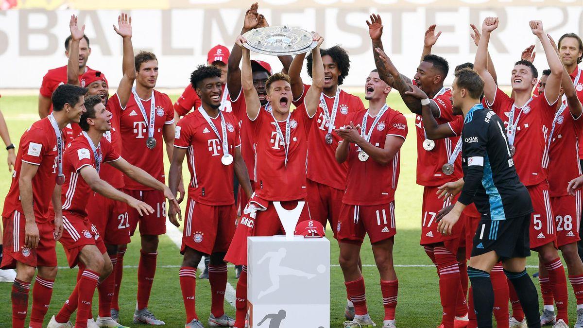 Der FC Bayern München bekam in Wolfsburg die Schale im leeren Stadion überreicht