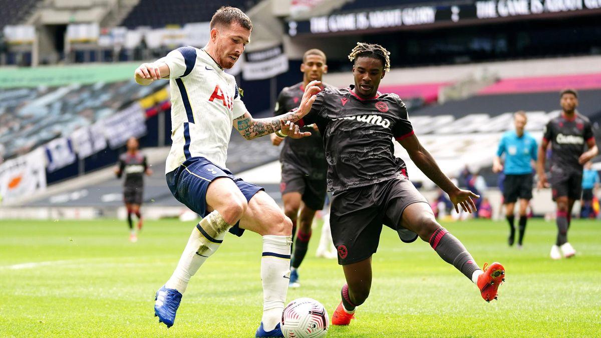 Pierre-Emile Hojbjerg (links; Tottenham Hotspur) im Zweikampf mit Omar Richards (FC Reading)