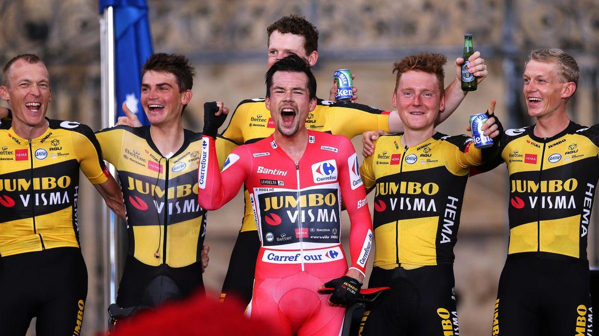 Primoz Roglic et ses coéquipiers sur le podium de la Vuelta