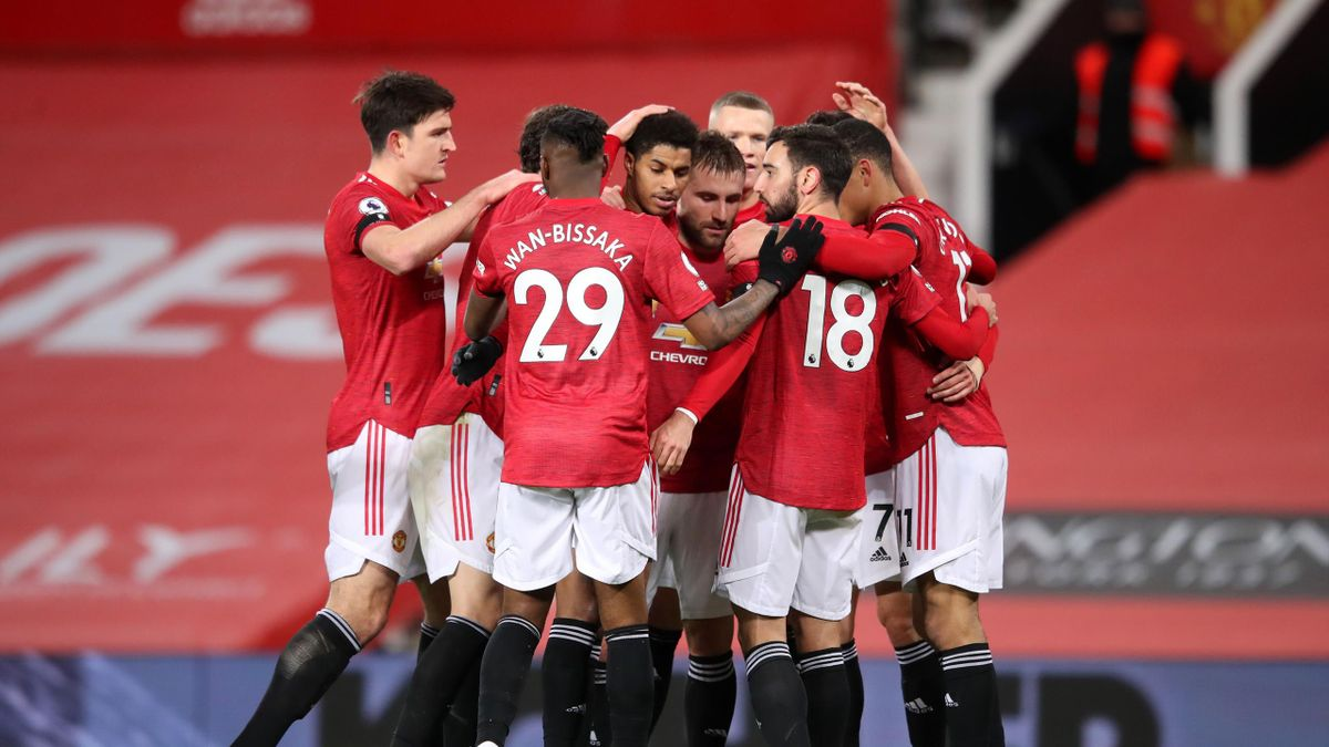 Edinson Cavani  celebrând un gol alături de Harry Maguire, Aaron Wan-Bissaka, Marcus Rashford, Luke Shaw, Bruno Fernandes și Mason Greenwood