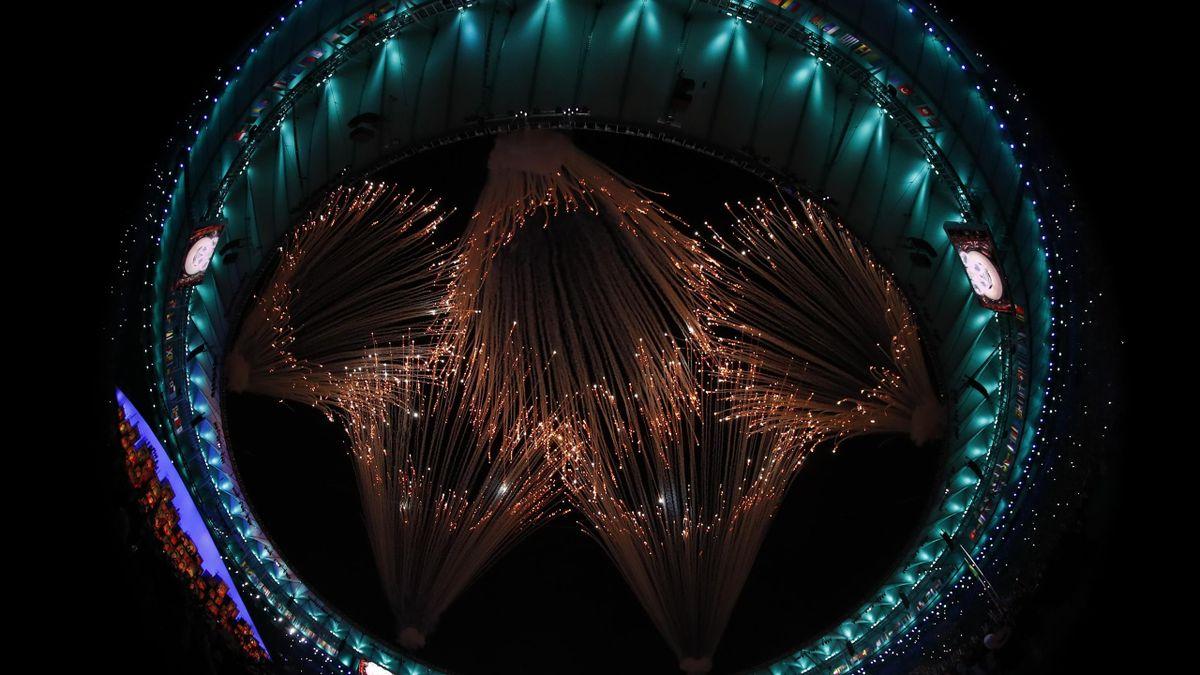 Les anneaux olympiques formés par des feux d'artifices à la fin de la cérémonie d'ouverture des JO de Rio, vendredi 5 août 2016