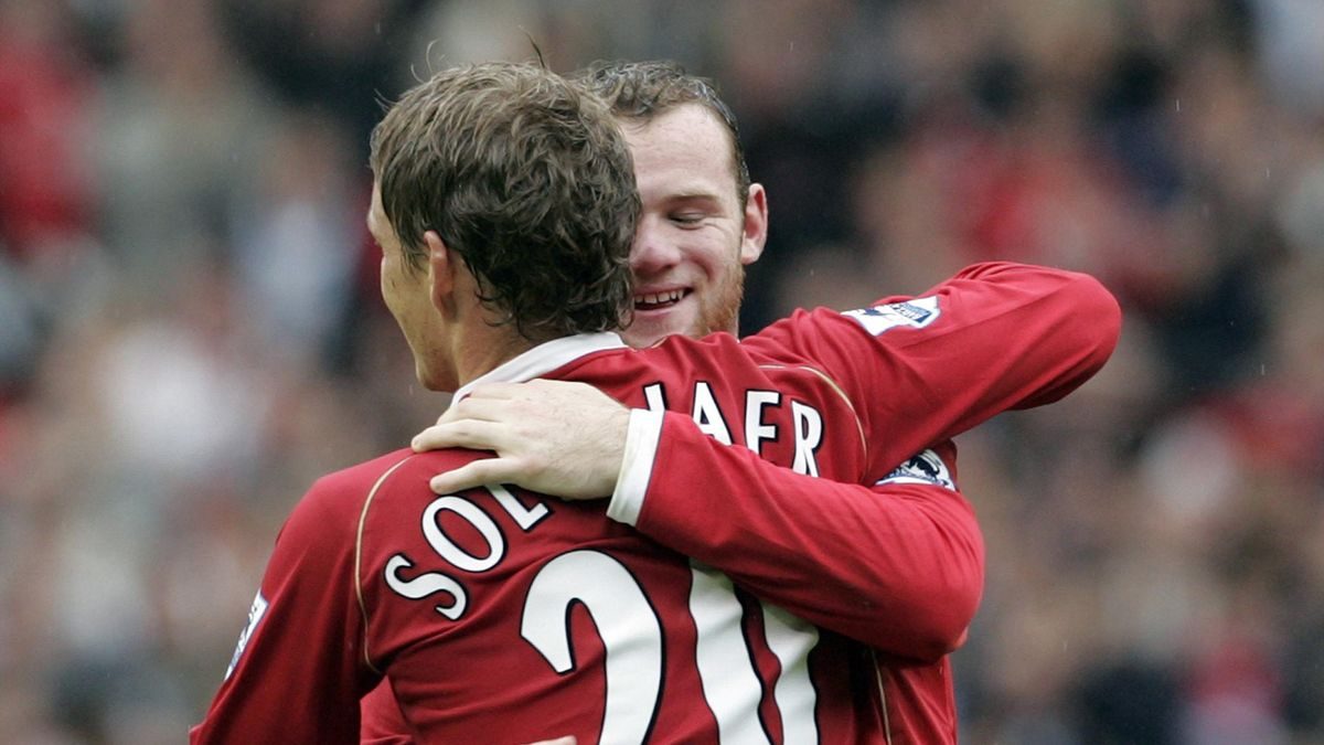 Manchester United's Ole Gunnar Solskjaer (L) celebrates with team mate Wayne Rooney (R) after Solskjaer scored during their English Premier League soccer match against Newcastle United at Old Trafford in Manchester, northern England, October 1, 2006