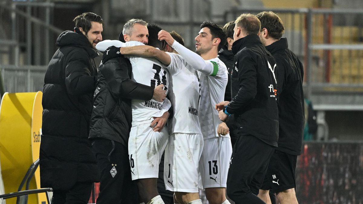 Gladbach-Trainer Marco Rose (2. v. l.) jubelt mit seinen Spielern