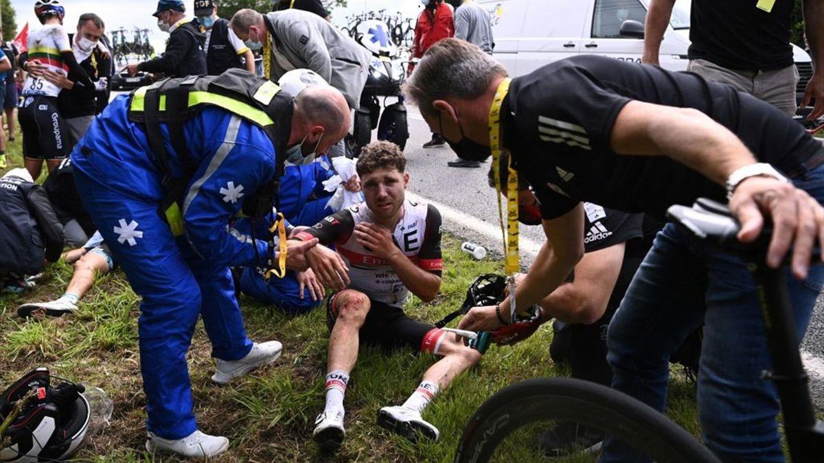 Marc Hirschi dopo la maxi caduta nella prima tappa del Tour de France 2021