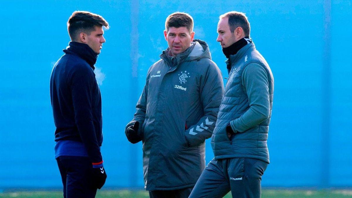 Ianis Hagi alături de Steven Gerrard