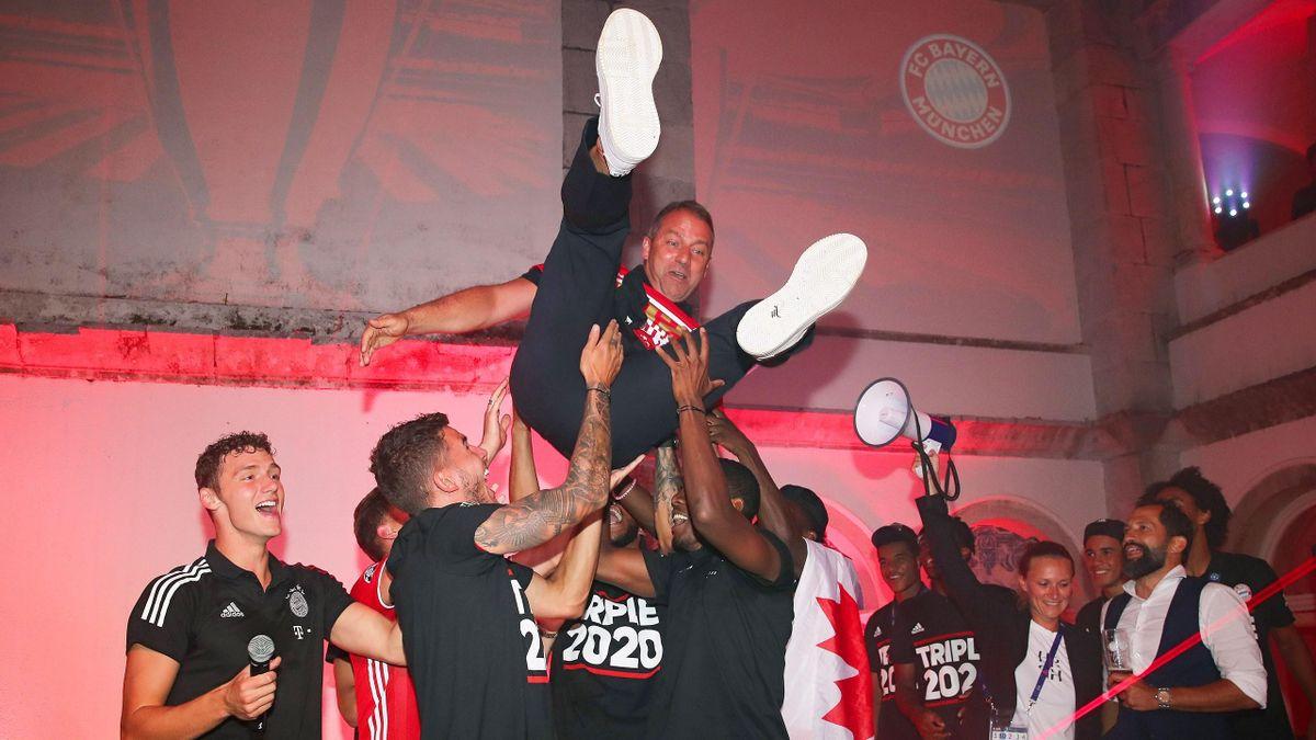 Hansi Flick wird von den Spielern des FC Bayern gefeiert