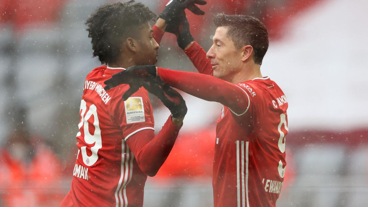 Kingsley Coman (l.) und Robert Lewandowski jubeln über einen Treffer gegen Freiburg