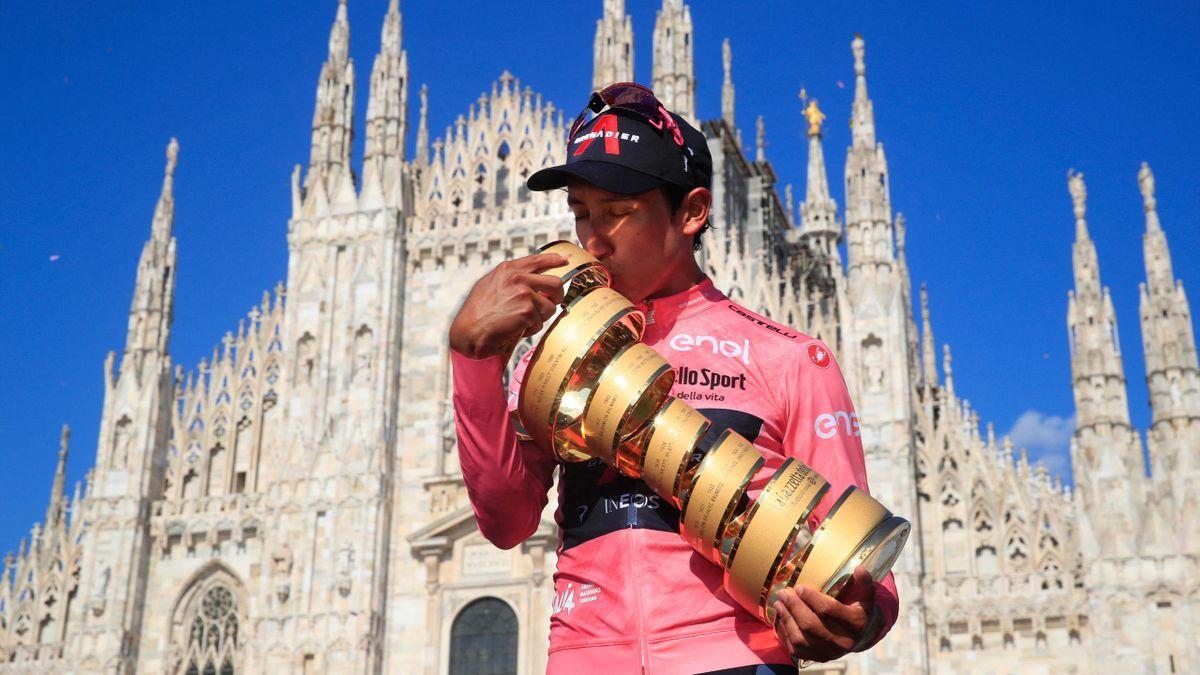 Egan Bernal jubelt mit dem Pokal über den Giro-Gesamtsieg