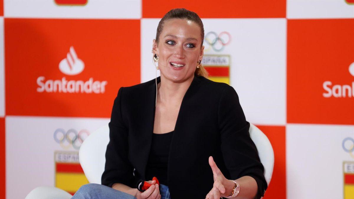 La nadadora Mireia Belmonte participa en el anuncio del convenio de colaboración por el que el Santander se convierte en socio global de Sostenibilidad del COE, este jueves en la sede del COE en Madrid