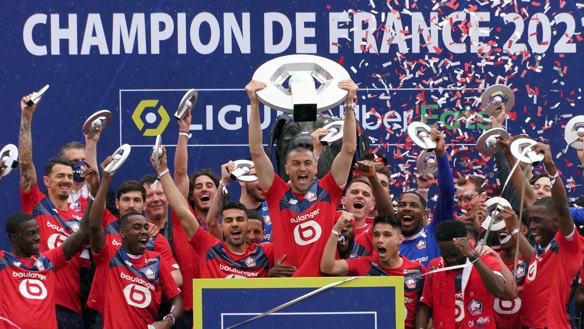 Lille lift the Ligue 1 championship trophy