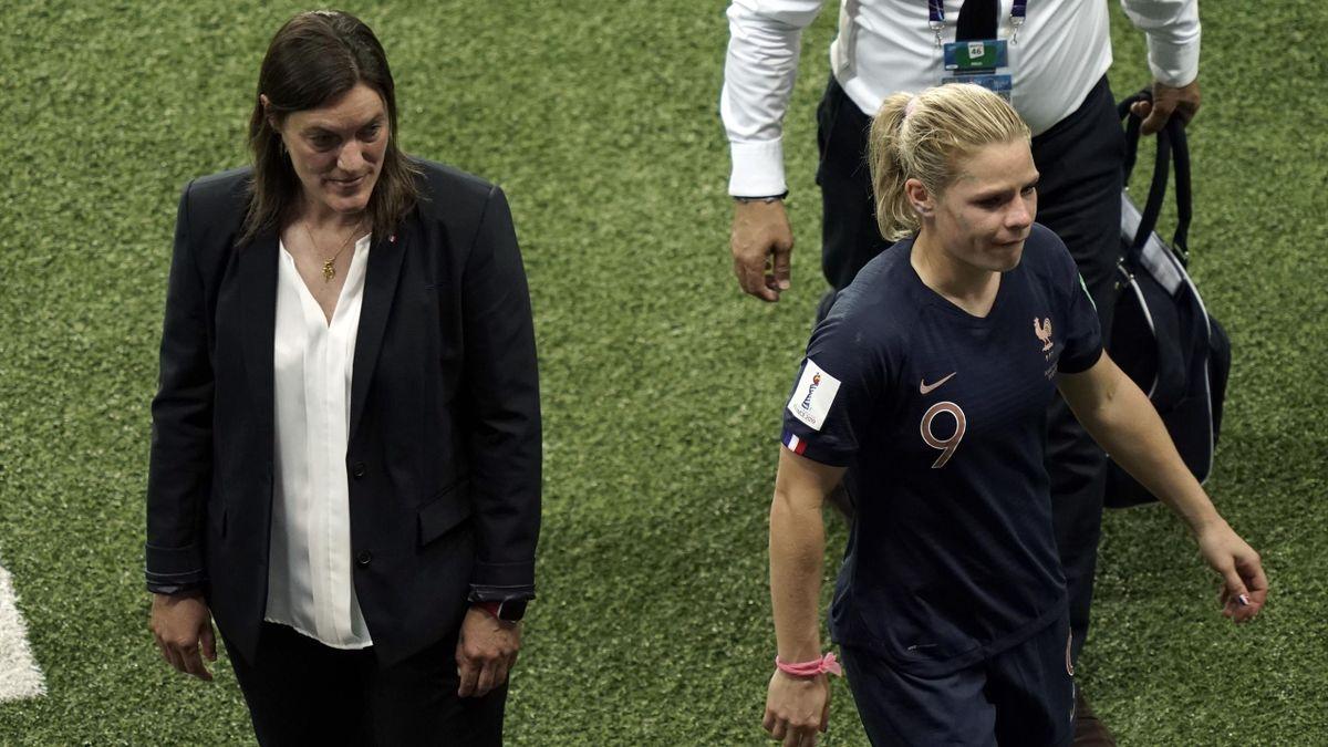 Corinne Diacre et Eugénie Le Sommer après l'élimination de l'équipe de France en quart de finale de la Coupe du monde 2019
