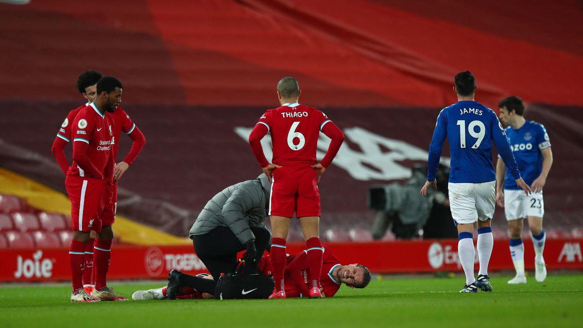 Jordan Henderson (liegend; FC Liverpool) im Spiel gegen den FC Everton