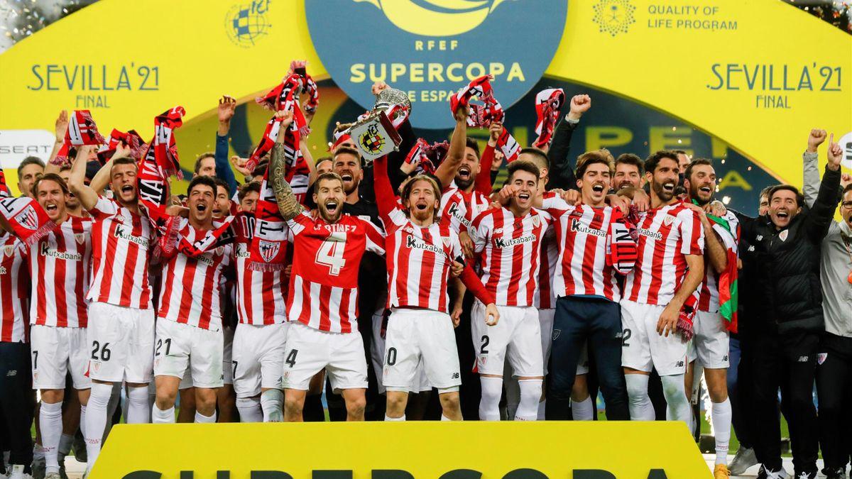 Los jugadores del Athletic celebran la Supercopa de España