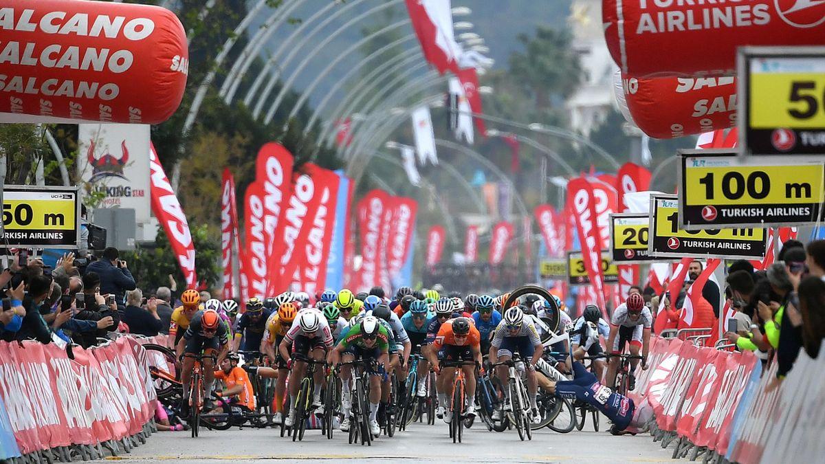 Grosse inquiétude sur le sprint : chute collective et coureurs envoyés dans les barrières